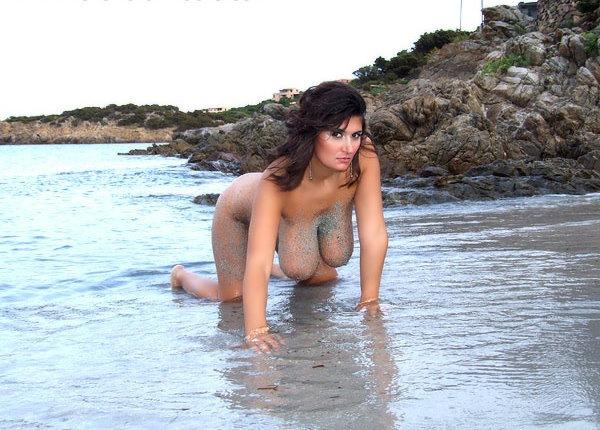 alexandra-moore-amazing-curves